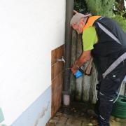 Georg Stegmiller vom Labor Dr. Scheller in Augsburg musste vor der Entnahme einer Wasserprobe hier in Deisenhausen den Wasserhahn abflammen, damit die Entnahmeeinheit keimfrei ist.