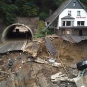 Man muss gar nicht ins Ausland schauen: Die Bundesstraße durch das Ahrtal in Rheinland-Pfalz  (oder das, was davon übrig geblieben ist) nach der verheerenden Sturzflut im Juli. Das Jahrhundert-Hochwasser in der Region gilt allgemein als Zeichen für den Klimawandel
