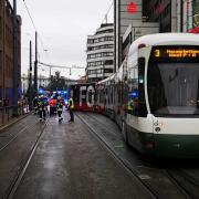 In Augsburg ist am Donnerstagabend eine Straßenbahn der Linie 3 in der Nähe des Königsplatzes entgleist.
