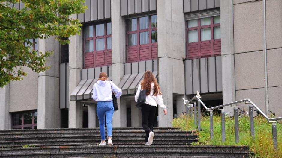 An der Uni Augsburg sieht man das kommende Wintersemester als Übergang zum Normalbetrieb auf dem Campus.