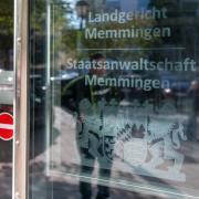 Im Prozess um Todesdrohungen gegen Polizeibeamte vor dem Landgericht Memmingen ist ein Urteil gefallen.