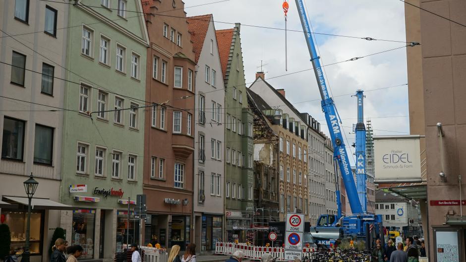 In der Karolinenstraße prägten die vergangenen zwei Wochen die Autokräne am Brandhaus das Bild. Sie sollen nun abgezogen werden. Die Straßenbahn kann wohl ab Freitag wieder fahren.