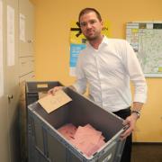 Stefan Beer vom Ordnungsamt Aichach mit einigen Wahlbriefen.