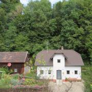 Eine kostspielige Hangsanierung kommt an der Alten Bergstraße in Rehling, oberhalb des Anwesens im Bild, zu. In dem Bereich gibt es ein herrenloses Grundstück, für das die Gemeinde nun zuständig ist.