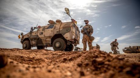 Ein Soldat der Bundeswehr steht am Flughafen nahe des Stützpunktes in Gao im Norden Malis. Die Truppe ist derzeit mit 1200 Männern und Frauen in dem Krisen-Land vertreten.