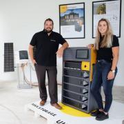 Firmeninhaber und Geschäftsführer Mathias Mader und Kristina Huber vom Vertrieb neben dem neuen Solarspeichergerät. Vor Kurzem stellte die Firma Solarmax die Neuentwicklung in Unterknöringen vor.