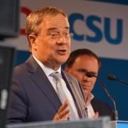 Unions-Kanzlerkandidat Armin Laschet sprach am Freitagabend auf dem Gaswerk-Areal. Im Hintergrund steht der Augsburger CSU-Direktkandidat Volker Ullrich.