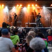 Die Band Mission Rock'n'Roll spielte am Freitagabend das erste Rockkonzert im Klosterhof Wettenhausen.