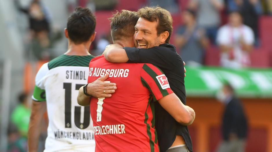 Trainer Markus Weinzierl umarmt nach dem Schlusspfiff den Torschützen Florian Niederlechner.
