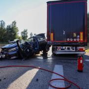 Auf der A96 hat sich zwischen Erkheim und Holzgünz ein schwerer Unfall ereignet. Dabei starb ein Mann, zwei Menschen wurden schwer verletzt.