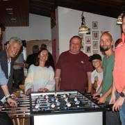 Josef Falch, Bürgermeister Rudolf Schneider, Melanie Zacher, Manfred Gahler, Matthias Schäfer und Sebastian Finkenberger (von links) haben jetzt den Ball ins Spiel gebracht..