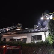 Am Sonntagmorgen gegen 3 Uhr brannte ein Dachstuhl einer Arbeiterunterkunft in der Friedberger Lechfeldstraße komplett aus.