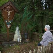 Erika Kettner an der Erinnerungsstätte ihrer Enkelin Natalie Astner. Vor 25 Jahren wurde das damals siebenjährige Mädchen aus Epfach ermordet.