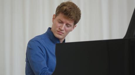 Alexander Krichel hat in Ulm ein Konzert für das Hospiz gegeben - und einen Meisterkurs obendrein.