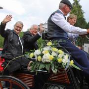 Nur das Beste für den scheidenden Stadtpfarrer: Mit einem englischen Phaeton, auf dem schon Queen Elizabeth befördert worden war, wurden der Pfarrer Gerhard Bundschuh und seine Schwester nach Dietenheim gefahren.