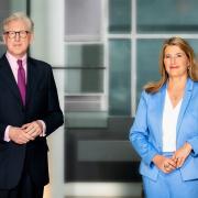 Theo Koll und Tina Hassel moderieren die TV-Schlussrunde in ARD und ZDF.