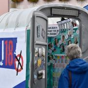In einer umgebauten Mobiltoilette durfte die Jugend bei der U18-Wahl unter anderem am Hauptplatz in Landsberg ihre Stimme abgeben.