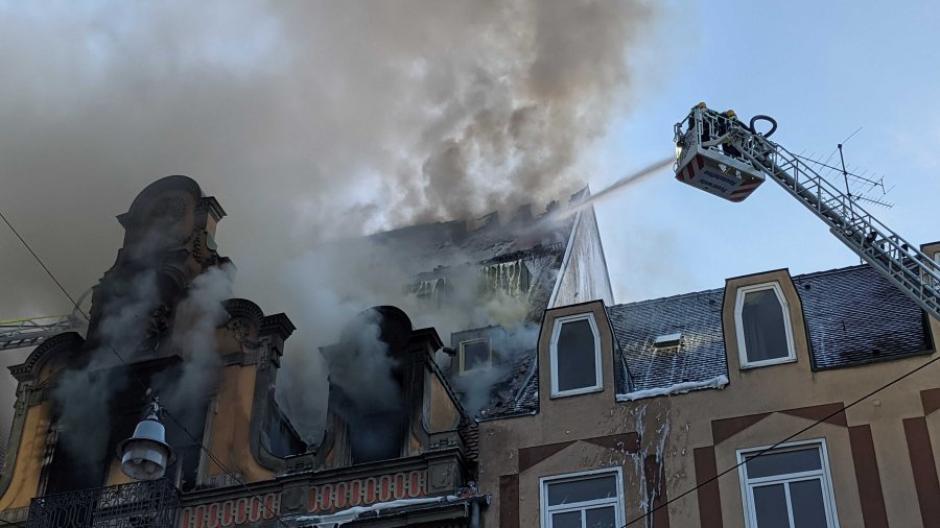 Laut Polizei hat der Akku eines E-Rollers den Brand in der Karolinenstraße ausgelöst, als er gerade geladen wurde.