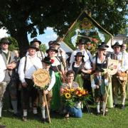 Einen Blumenstrauß und Saltuschüsse der Merchinger Böllerschützen gab es für die erfolgreiche Cilly Stadtherr.