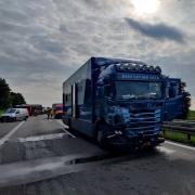 Bei Lagerlechfeld fährt am Dienstagnachmittag ein Lastwagen in den vor ihm stauenden Verkehr. Wieder kommt eine Frau ums Leben.