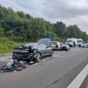 Schwerer Unfall auf der B17: Bei Lagerlechfeld fuhr ein Lastwagen in ein Stauende. Eine Person starb, eine weitere wurde schwer verletzt ins Uniklinikum Augsburg geflogen.