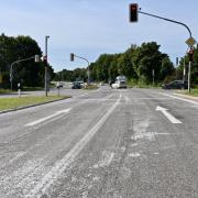 Noch immer findet sich auf der B300 bei Stadtbergen weiße Farbe. Selbst das Abfräsen des Asphalts konnte das nicht ändern.