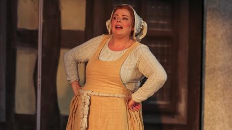Die Leitershofer Schauspielerin Marina Lötschert in ihrer Rolle als Bäckerin Anne Amsfeld bei den Brüder-Grimm-Festspielen in Hanau.
