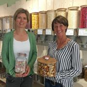 Verena Lojewski (links) und Sarah Hertle eröffnen in der Friedberger Pfarrstraße den Unverpacktladen Ich BIN's.