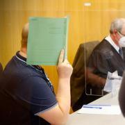 Der wegen Missbrauchs verurteilte Mann verbarg sein Gesicht vor der Urteilsverkündung hinter einem grünen Schnellhefter – genauso wie beim Prozessauftakt, von dem dieses Foto stammt.