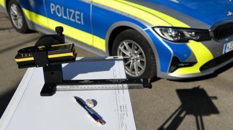 Die Polizei bittet um Hinweise, wer einen Unfall beim Ausparken am Weitmannsee in Kissing beobachtet hat.