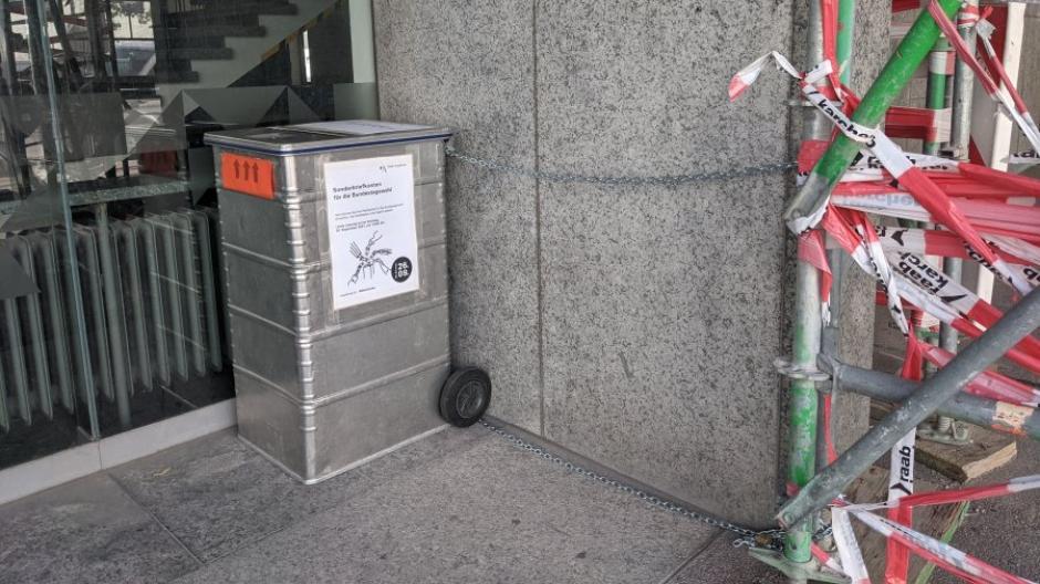 Provisorischer Briefbehälter vor dem Verwaltungsgebäude an der Blauen Kappe.