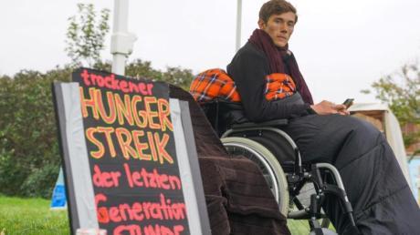 Henning, einer der beiden verbliebenen Teilnehmer des «Hungerstreiks der letzten Generation» in Berlin forderte, dass SPD-Kanzlerkandidat Scholz den Klimanotstand ausruft.
