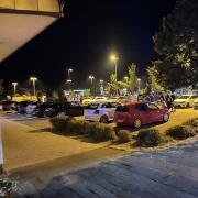 In Meitingen haben sich am Samstagabend vorwiegend junge Menschen aus der Autoszene getroffen. Laut Polizei waren über 100 Fahrzeuge vor Ort.