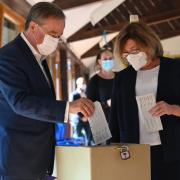 CDU-Chef Armin Laschet   und seine Frau Susanne hatten ihre Wahlzettel bei der Stimmabgabe zur Bundestagswahl falsch gefaltet. So waren die Kreuze zu sehen, die sie gemacht hatten.