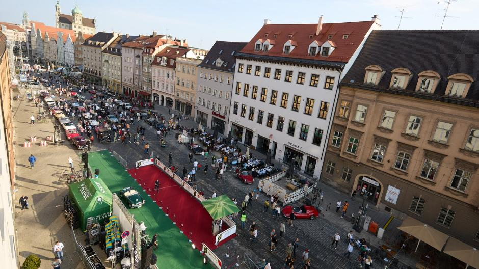 Die Oldtimerschau in der Maximilianstraße stieß am Sonntag auf großes Interesse.