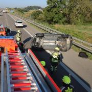 Zwei Autos werden durch einen Unfall auf der A8 bei Günzburg schwer beschädigt. Der Unfallverursacher, ein Kleintransporter, macht sich aus dem Staub.
