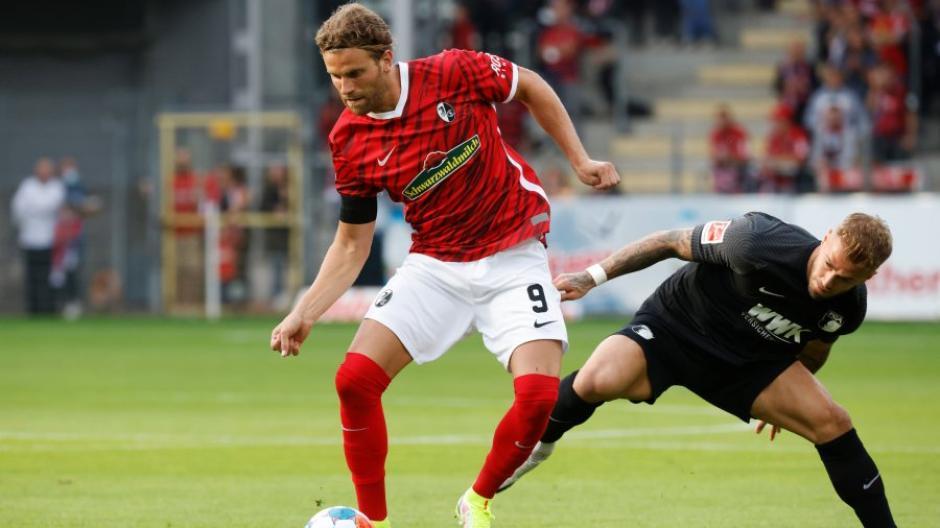 Auch hier kommt mit Niklas Dorsch ein FCA-Spieler zu spät. Gegen den SC Freiburg war Augsburg in allen Bereichen unterlegen. Vor allem in den Zweikämpfen sah das Team alt aus.