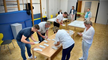 Im Wahllokal im Leibier Kindergarten haben die Wahlhelferinnen und Wahlhelfer am Sonntag fleißig ausgezählt. Alle acht Personen erfüllen die 3G-Regel und sind negativ getestet.