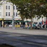 Vor dem Schnellrestaurant am Königsplatz ließ eine 20-jährige Mutter ihr neun Monate altes Baby liegen.