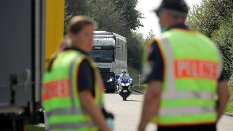Nach zwei tödlichen Unfällen auf der B17 hat die Polizei bei Hurlach den Schwerlastverkehr kontrolliert.