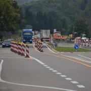 Das Berger Kreuz bei Donauwörth hat sich in eine Baustelle verwandelt. Dort gab es am Dienstagmorgen einen kilometerlangen Stau.