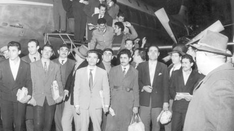 55 türkische Gastarbeiter kamen im November 1961 auf dem Flughafen in Düsseldorf an. Sie waren die ersten von 400 Bergleuten aus der Türkei, die sich für ein Jahr Arbeit in Deutschland verpflichtet haben.