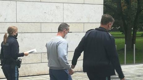 Der Angeklagte im Wolnzacher Mordprozess mit zwei Vorführbeamten nach den Plädoyers. Wenn es nach der Staatsanwaltschaft geht, wird er wegen Mordes lebenslang eingesperrt