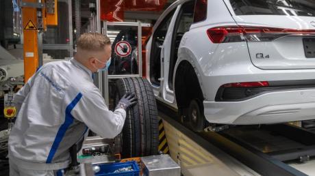 Ein Mitarbeiter im Volkswagen-Werk in Zwickau montiert einen Audi Q4 e-tron.