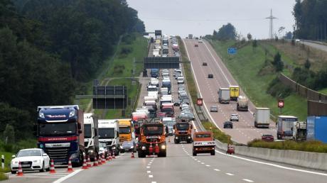 Wie auf diesem Symbolbild kam es auch am Mittwochmorgen auf der A8 zu einem langen Stau. Teilweise waren zwei Fahrspuren in Fahrtrichtung München gesperrt.