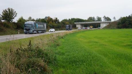 Mit einem Brückenbauwerk, ähnlich wie derzeit an der AIC25 bei Derching, könnte die kleine Kissinger Ortsumgehung auf die bestehende B2 zurück geführt werden.