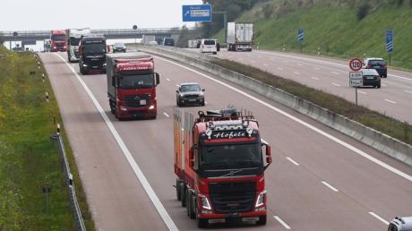 Noch rollen die Lastwagen dicht an dicht auch über die A8. Doch Spediteure und Busunternehmer aus dem Augsburger Land warnen schon jetzt, dass es in Zukunft zu wenig Fahrer geben könnte.