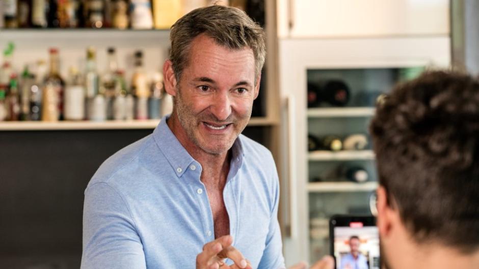 Der Allgäuer Koch Christian Henze bezeichnet sich selbst als Genussmensch. In unserer Videoserie zeigt er, wie sich Genuss und gesunde Ernährung vereinen lassen.