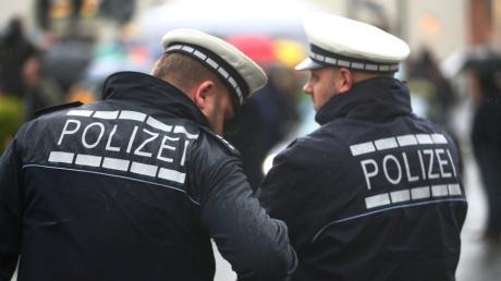 Die Polizei sucht einen Mann, der versucht hat, im Westpark in Ingolstadt etwas zu stehlen.