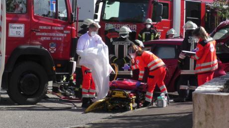 In Erlingshofen ist ein Auto mit einem Lastwagen zusammengestoßen. Die Feuerwehr musste den Fahrer aus dem demolierten Pkw befreien.